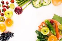 新鲜蔬菜、果子和莓果 免版税库存图片