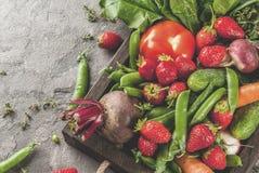 新鲜蔬菜、莓果、绿色和果子在盘子 免版税库存图片