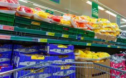 新鲜蔬菜准备好在大型超级市场地铁的待售 图库摄影