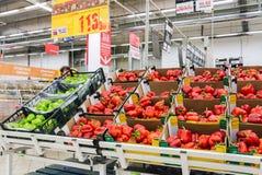新鲜蔬菜准备好待售在欧尚翼果商店 免版税图库摄影
