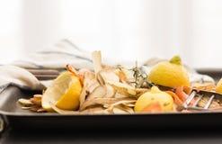 新鲜蔬菜剥皮与削皮器、刀子和毛巾 库存照片
