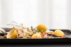 新鲜蔬菜剥皮与削皮器、刀子和毛巾 库存图片