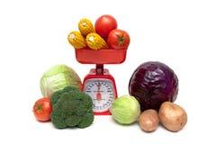 新鲜蔬菜和厨房标度在白色背景关闭 图库摄影