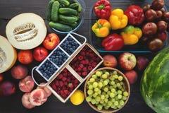 新鲜蔬菜和果子从市场在灰色背景 夏天和健康生活概念 免版税库存照片