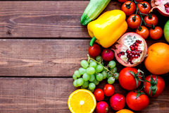 新鲜蔬菜和果子健身晚餐的在木背景顶视图大模型 免版税库存照片