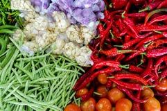 新鲜蔬菜和果子在亚洲市场上 免版税库存照片