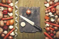 新鲜蔬菜和果子在葡萄酒背景-戒毒所、饮食或者健康食物概念 复制空间 免版税图库摄影