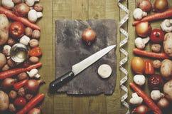 新鲜蔬菜和果子在葡萄酒背景-戒毒所、饮食或者健康食物概念 复制空间 免版税库存照片