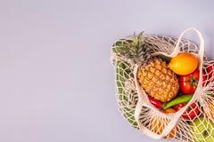 新鲜蔬菜和果子在袋子滤网 免版税库存图片