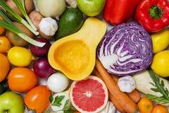 新鲜蔬菜和果子的混合在充分的框架 免版税库存图片