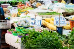 新鲜蔬菜和石灰在市场泰国,柠檬标签篮子20泰铢上,标记3棵菜10泰铢 免版税库存照片
