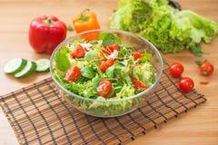 新鲜蔬菜和绿色沙拉在木背景 健康的食物 免版税库存图片