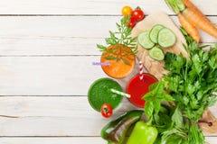 新鲜蔬菜圆滑的人 蕃茄,黄瓜,红萝卜 免版税图库摄影