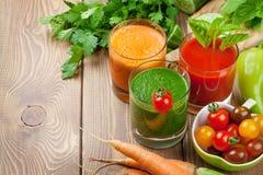 新鲜蔬菜圆滑的人 蕃茄,黄瓜,红萝卜 免版税库存图片