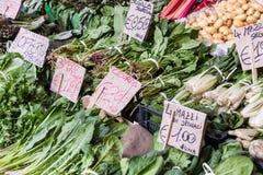 新鲜蔬菜在农夫市场上在意大利 免版税库存图片