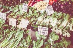 新鲜蔬菜在农夫市场上在意大利 库存图片