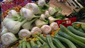 新鲜蔬菜在农夫市场上 免版税库存照片