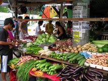 新鲜蔬菜在地方室外市场上 免版税库存照片