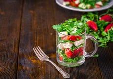 新鲜蔬菜在玻璃瓶子的草莓沙拉在自然土气 库存图片