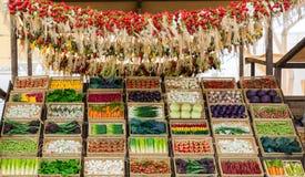 新鲜蔬菜大选择在市场上的 免版税库存照片