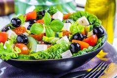 新鲜蔬菜希腊人沙拉 在木背景的健康食物 免版税库存照片