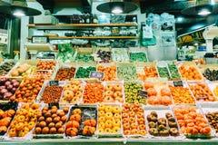 新鲜蔬菜待售在巴塞罗那市上圣卡塔琳娜州市场  免版税库存照片