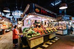新鲜蔬菜待售在巴塞罗那市场上 免版税库存图片