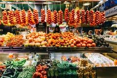 新鲜蔬菜待售在巴塞罗那市场上 库存图片
