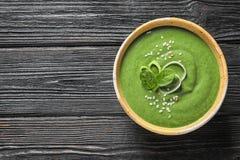 新鲜蔬菜戒毒所汤由在盘的菠菜制成在木背景,顶视图 免版税库存图片