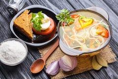 新鲜蔬菜汤用在一个罐的面条在黑色 库存照片
