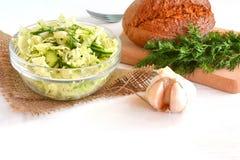 新鲜蔬菜沙拉用圆白菜、黄瓜、大蒜和莳萝 简单的食谱 库存图片