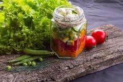 新鲜蔬菜沙拉用在一个木板的草本,黑织地不很细背景 免版税库存照片