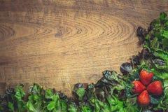新鲜蔬菜沙拉用成熟草莓 库存照片