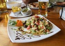 新鲜蔬菜沙拉用章鱼 开胃菜特写镜头 免版税库存照片