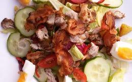 新鲜蔬菜沙拉用肉和烟肉 免版税库存图片