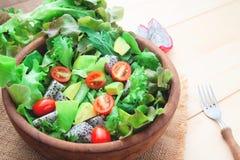 新鲜蔬菜沙拉用鲕梨,关闭  健康的概念 免版税库存照片