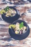新鲜蔬菜沙拉 沙拉用萝卜、红叶卷心菜、黄瓜、pesto和芝麻 免版税库存图片
