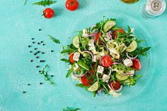 新鲜蔬菜沙拉-蕃茄,黄瓜和希腊白软干酪在希腊样式 免版税图库摄影