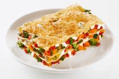 新鲜蔬菜烤宽面条的健康部分 图库摄影
