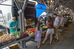 新鲜蔬菜的家庭购物在罗阿诺克市市场上 免版税库存照片