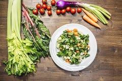 新鲜蔬菜的混合在准备好一张老的桌上的被烹调 库存照片