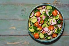 新鲜蔬菜素食沙拉在绿色木背景的 顶视图,拷贝空间 图库摄影