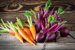 新鲜蔬菜红萝卜,在木背景的甜菜根 免版税库存图片