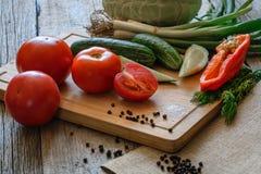 新鲜蔬菜蕃茄,黄瓜,辣椒,在木背景的莳萝 免版税库存图片