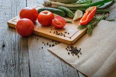 新鲜蔬菜蕃茄,黄瓜,辣椒,在木背景的莳萝 免版税库存照片