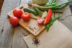 新鲜蔬菜蕃茄,黄瓜,辣椒,在木背景的莳萝 库存照片