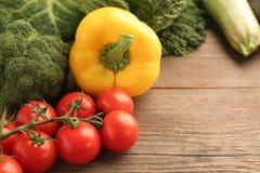 新鲜蔬菜西红柿黄色辣椒粉; 库存照片