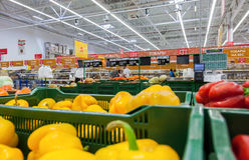 新鲜蔬菜销售在大型超级市场网络欧尚的 免版税库存照片