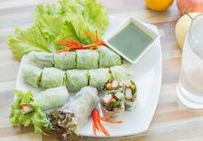 新鲜蔬菜面条春卷用辣调味汁 免版税库存图片