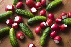 新鲜蔬菜黄瓜嫩黄瓜有红色萝卜背景 库存图片